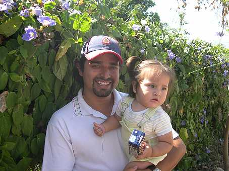 Pablo and Montse like plants as much as we do.  Here they admire a vine with sky blue flowers.