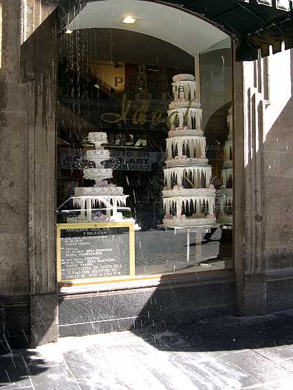 The cakes may be in bad taste (frosting stalagtites are VERY big here) but they sure taste good.  Yes, that is cascading soap water--someone was washing an upper floor and the suds came pouring out the window onto unsuspecting pastry cravers below.  Have I mentioned Mexico City is surreal?